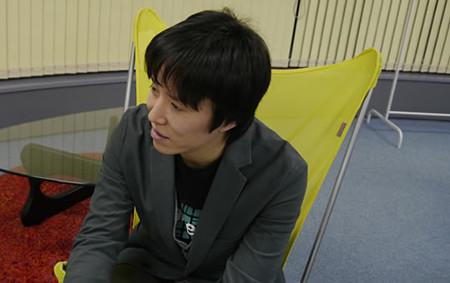 プログラマの前田さんが話している