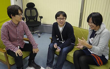 デザイナーの赤塚さんが語っていて、デザイナーの町田さんとプログラマの松村さんがそれを聞いている